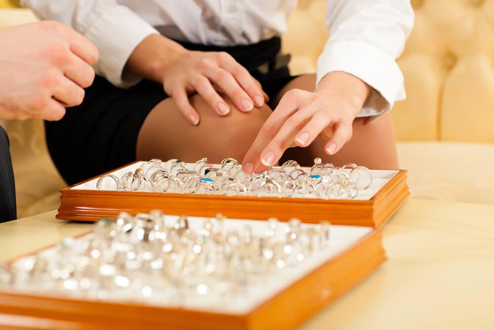 איזו טבעת מתאימה לכל אישה? המדריך המלא