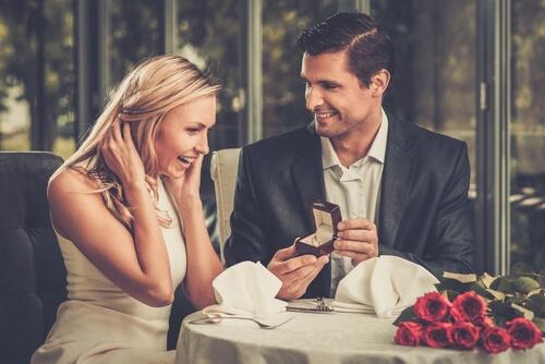 טבעות אירוסין מעוצבות או טבעות קלאסיות, במה לבחור?