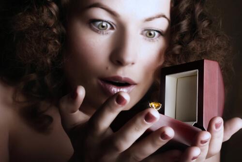 גם אתה יכול לבחור טבעת אירוסין מרהיבה לגמרי לבדך!