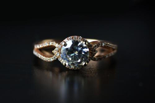 מדוע כדאי לרכוש טבעות אירוסין זהב צהוב?