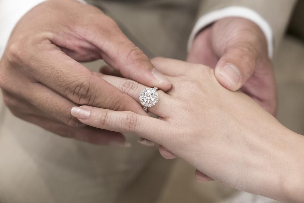 בארבע עיניים או עם כל החברים: איך כדאי להציע נישואין?