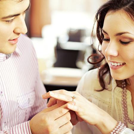 נשים מגלות על דרכי התמודדות עם טבעות אירוסין שלא אהבו.