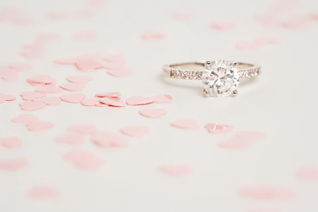 איך לקנות טבעת אירוסין בתקציב נמוך